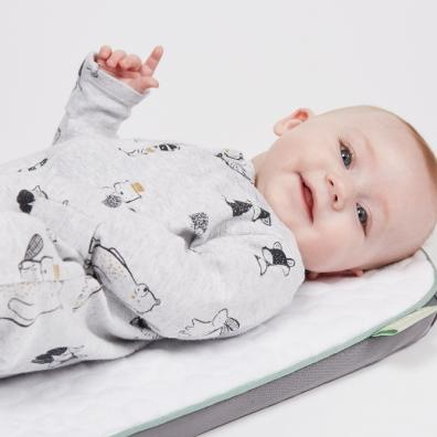 Picture of a baby laying on the suuthe smartmat